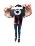 O ângulo largo disparou de uma menina que toma uma foto Foto de Stock