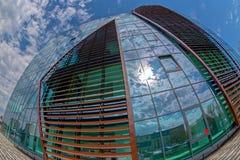 O ângulo largo disparou do prédio de escritórios futurista de NOKIA em Timisoara fotografia de stock