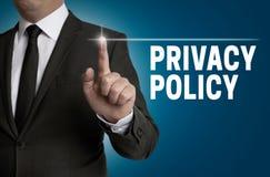 O écran sensível da política de privacidade é operado pelo homem de negócios fotos de stock royalty free