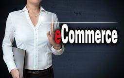 O écran sensível do comércio eletrónico é mostrado pela mulher de negócios Fotografia de Stock Royalty Free