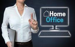 O écran sensível do escritório domiciliário é mostrado pela mulher de negócios imagens de stock