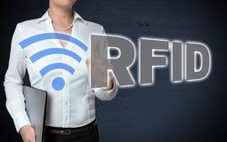 O écran sensível do RFID é mostrado pela mulher de negócios foto de stock
