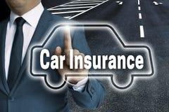 O écran sensível do seguro de carro é operado pelo conceito do homem fotos de stock