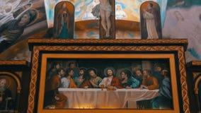 O ícone crucificou Lord God na cruz, e os 12 apóstolos em Christian Church filme