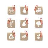 O ícone de Eco recicla sobre o grampo de papel e vermelho no branco Imagem de Stock Royalty Free