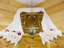 O ícone ortodoxo da mãe do deus e do Jesus com a lâmpada no canto da sala foto de stock