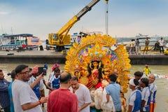 O ídolo de Durga da deusa está sendo imergido no rio santamente Ganges imagem de stock