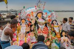 O ídolo de Durga da deusa está sendo imergido no rio santamente Ganges imagens de stock