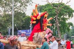 O ídolo de Durga da deusa está sendo imergido no rio santamente Ganges imagens de stock royalty free