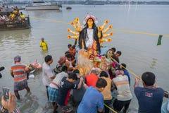 O ídolo de Durga da deusa está sendo levado ao rio Ganges - bisorjon foto de stock royalty free