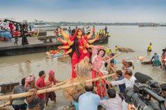 O ídolo de Durga da deusa está sendo levado ao rio Ganges - bisorjon imagem de stock