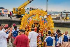 O ídolo de Durga da deusa está sendo levado ao rio Ganges - bisorjon fotografia de stock