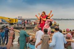 O ídolo de Durga da deusa está sendo levado ao rio Ganges - bisorjon fotos de stock royalty free