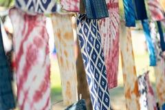 O índigo tingiu métodos de tingidura antigos da tela dos povos nativos do conceito de Tailândia da produção da roupa à mão imagem de stock royalty free