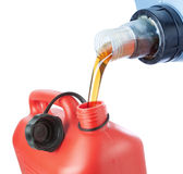 O óleo de motor é derramado dentro um cartucho plástico. Imagens de Stock Royalty Free