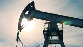 O óleo, torre do combustível está movendo-se lentamente para cima e para baixo video estoque