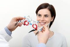 O ótico com quadro experimental, doutor do optometrista examina a visão imagem de stock royalty free