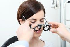 O ótico com quadro experimental, doutor do optometrista examina a visão fotografia de stock royalty free