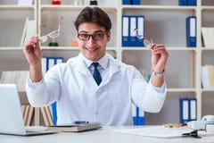 O ótico do doutor que prescreve guardando vidros óticos imagens de stock royalty free