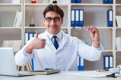 O ótico do doutor que prescreve guardando vidros óticos fotografia de stock royalty free