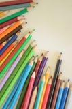 Ołówki, farba i papier na stole, Obraz Stock