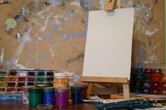 Ołówki, farba i papier na stole, Fotografia Royalty Free