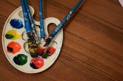 Ołówki, farba i papier na stole, Zdjęcie Royalty Free