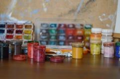 Ołówki, farba i papier na stole, Zdjęcia Royalty Free