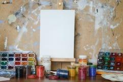Ołówki, farba i papier na stole, Zdjęcie Stock