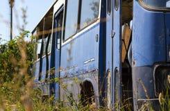 O ônibus abandonado velho na floresta fotos de stock