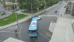 O ônibus da cidade gerencie a esquerda em uma rua - vista superior vídeos de arquivo