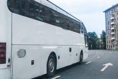 o ônibus de turista vai na cidade Fotografia de Stock Royalty Free