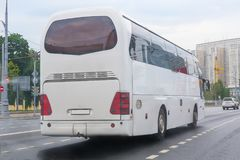 o ônibus de turista vai na rua da cidade Imagem de Stock Royalty Free