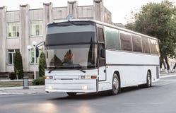 o ônibus de turista vai na rua da cidade Imagens de Stock Royalty Free