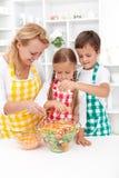 O último toque em uma salada saudável Fotos de Stock Royalty Free