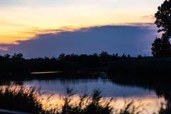 o ένας ποταμός στην ανατολή, αυτό απεικονίζει τα χρώματα του ουρανού ενώ όλα γύρω από τον γίνονται σκοτεινά στοκ φωτογραφίες με δικαίωμα ελεύθερης χρήσης