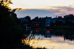 o ένας ποταμός στην ανατολή, αυτό απεικονίζει τα χρώματα του ουρανού ενώ όλα γύρω από τον γίνονται σκοτεινά στοκ εικόνες