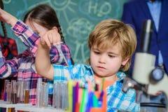 o Εκπαιδευτική έννοια επιστήμονες παιδιών που κάνουν τα πειράματα στο εργαστήριο Μαθητές στην κατηγορία χημείας στοκ φωτογραφίες με δικαίωμα ελεύθερης χρήσης