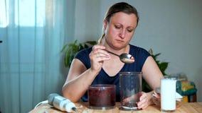 o Μια γυναίκα ανοίγει ένα μπλέντερ με τον πουρέ φρούτων και μούρων απόθεμα βίντεο