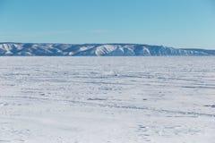 o Παγωμένη λίμνη μια σαφή χειμερινή ημέρα Παγωμένη λίμνη με τα βουνά στοκ εικόνες