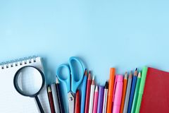 o Στοιχεία για το σχολείο σε έναν μπλε πίνακα με το διάστημα αντιγράφων στοκ εικόνες