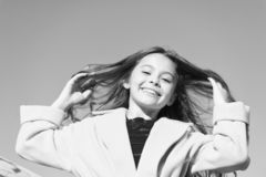 o Το κορίτσι παιδιών μακρυμάλλες απολαμβάνει το ηλιόλουστο υπόβαθρο μπλε ουρανού ημέρας περιπάτων Ξένοιαστος περίπατος παιδικής η στοκ φωτογραφίες με δικαίωμα ελεύθερης χρήσης