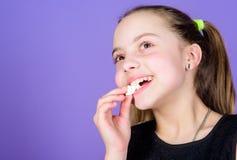 o Το κορίτσι παιδιών με μακρυμάλλη συμπαθεί τα γλυκά και μεταχειρίζεται Θερμίδα και διατροφή Πεινασμένο παιδί Αδιόρθωτο γλυκό στοκ εικόνες