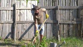 o Φτυάρι λαβής ατόμων Δραστηριότητες θερέτρου Eco Αμερικανική αγροτική ζωή Απολαύστε στο αγρόκτημα m απόθεμα βίντεο