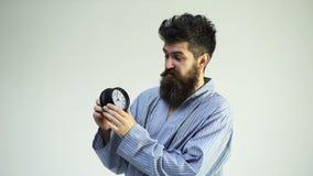 o Идеальное утро Счастливый бородатый будильник владением человека Красивый человек с бородой и усик с будильником видеоматериал