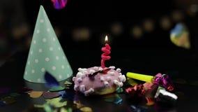 o Розовый донут и красная праздничная свеча на ей Золотое падение confetti сток-видео