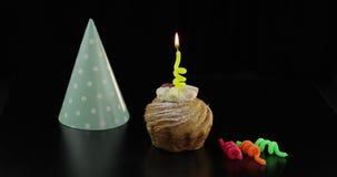 o Торт и праздничная свеча на ей Осветите свечу Отпразднуйте день рождения сток-видео