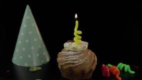 o Торт и праздничная свеча на ей Осветите свечу Отпразднуйте день рождения видеоматериал