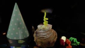 o Торт и праздничная свеча на ей Осветите свечу Отпразднуйте день рождения акции видеоматериалы