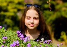 o   цветки запаха маленькой девочки зацветая счастливый ребенок с цветенем куста r стоковое изображение